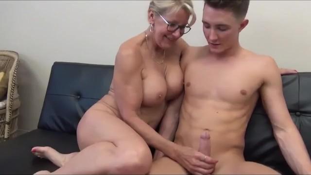 Зрелой женщине ничего не стоит соблазнить молодого парня на секс
