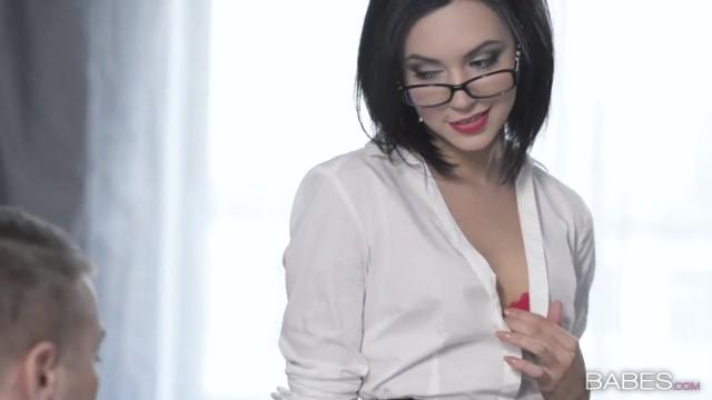Красивая русская секретарша соблазнила босса на отличный трах в офисе