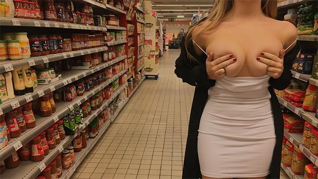 Стройная красотка дрочит член незнакомцу в супермаркете, а он теребит ей киску