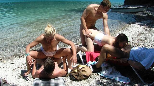 Бабы и мужики устроили оргию на берегу озера после прогулки на лодках